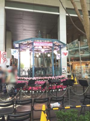 地上広場キオスクにある八角形の屋外特設ステージ
