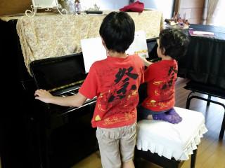 兄弟でピアノの練習