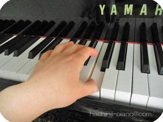 真ん中のドを左手の親指で弾く。
