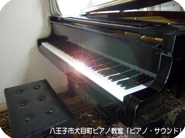 ピアノレッスンで使用するグランドピアノ