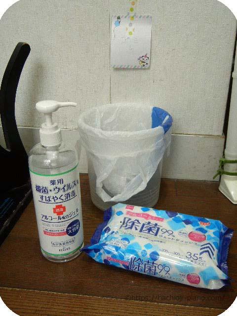 玄関に除菌ジェルと除菌ウェットティッシュを設置
